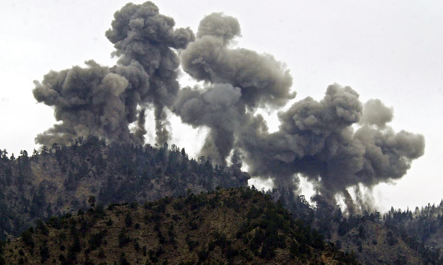 14 دسمبر 2001 کو امریکا نے تورابورا کی پہاڑیوں پر القاعدہ کے خلاف بمباری کی—فائل/فوٹو: اے ایف پی