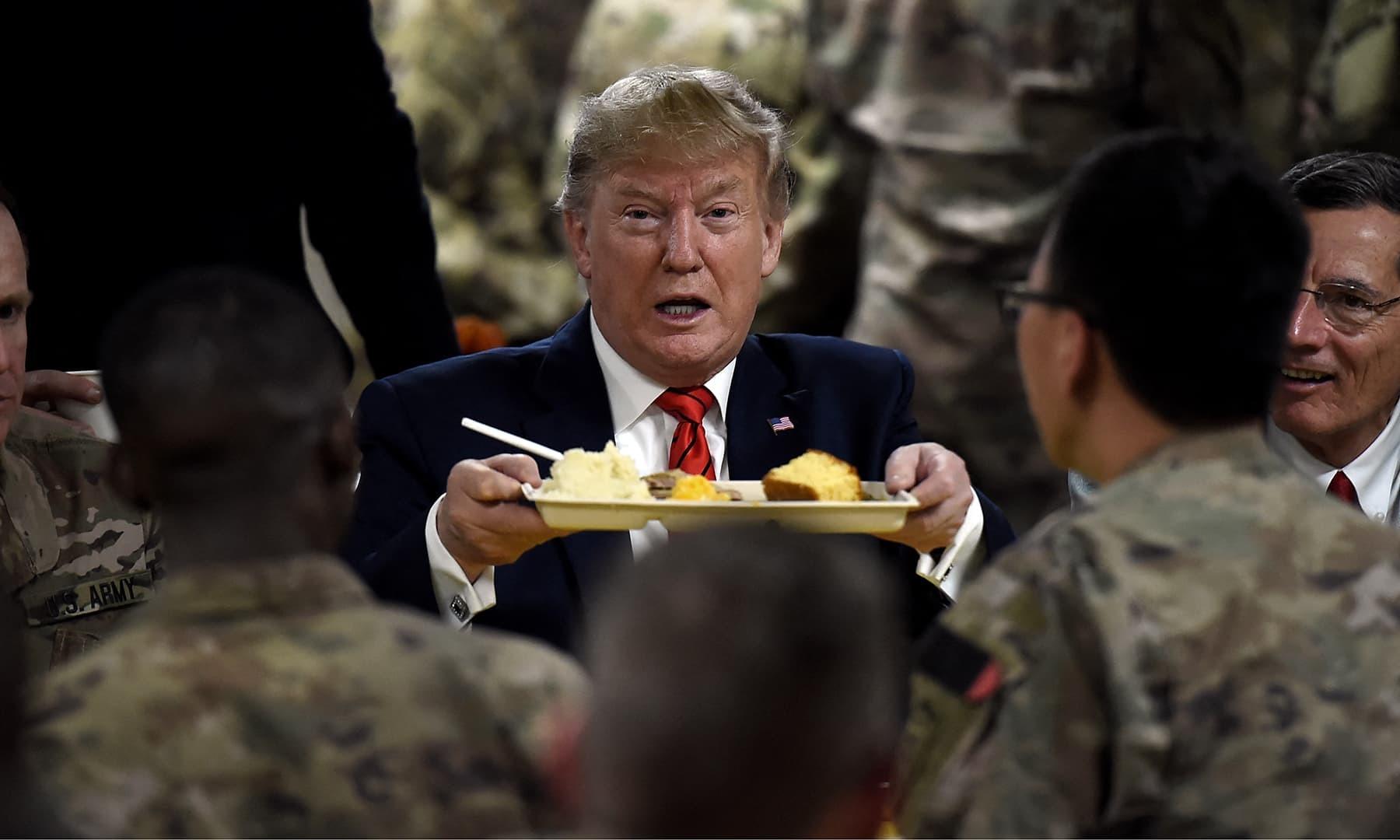 امریکا کے سابق صدر ڈونلڈ ٹرمپ نے 29 نومبر 2018 کو افغانستان میں بگرام ایئربیس کا دورہ کیا—فائل/فوٹو: اے ایف پی
