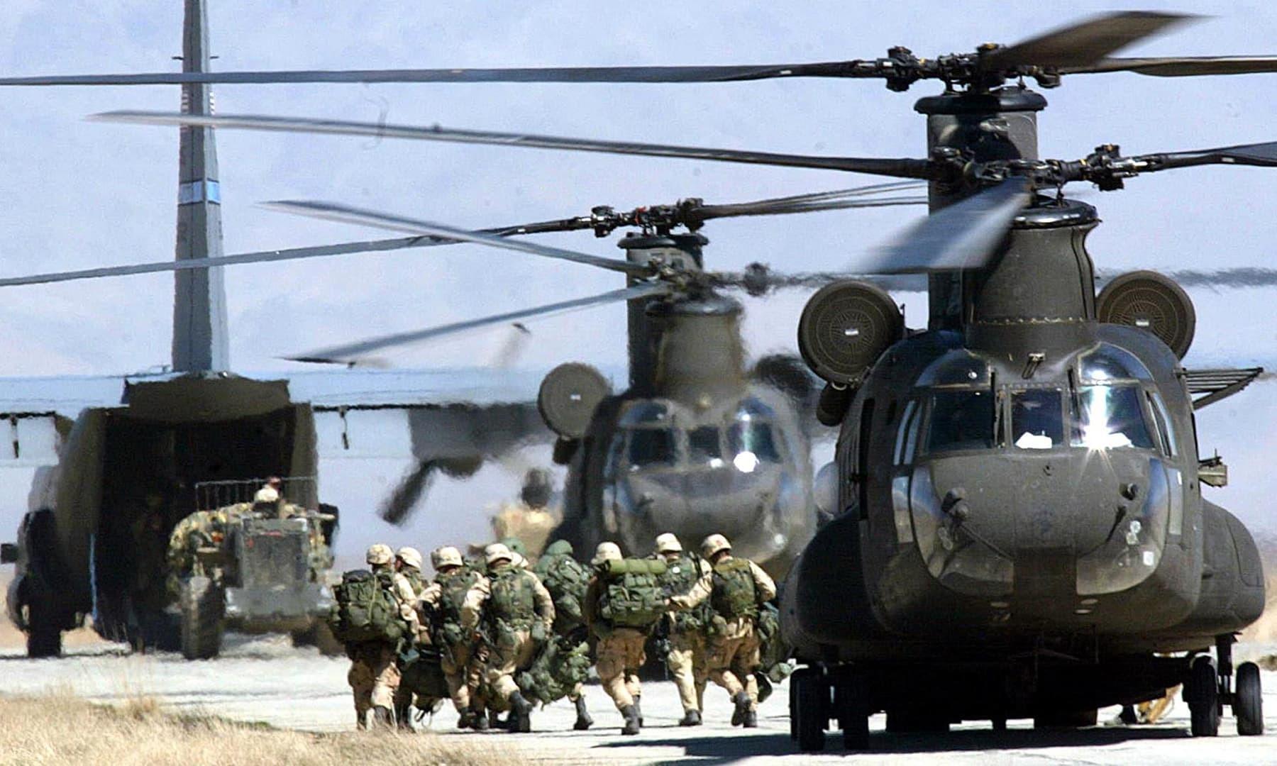 امریکی سی ایچ چینیوک ہیلی کاپٹر 12 مارچ 2002 کو بگرام ایئربیس پر امریکی فوجیوں کو اتار رہا ہے—فائل/فوٹو: اے ایف پی