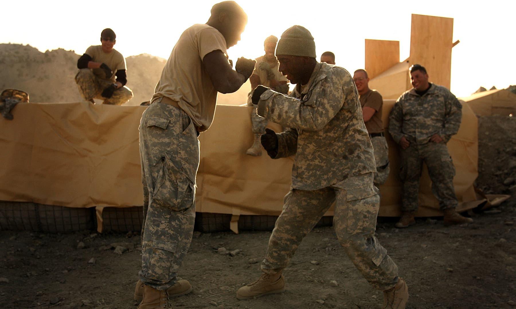 امریکی فوجی صوبہ پکتیا میں 26 نومبر 2006 کو تربیت میں مصروف ہیں—فائل/فوٹو:اے ایف پی
