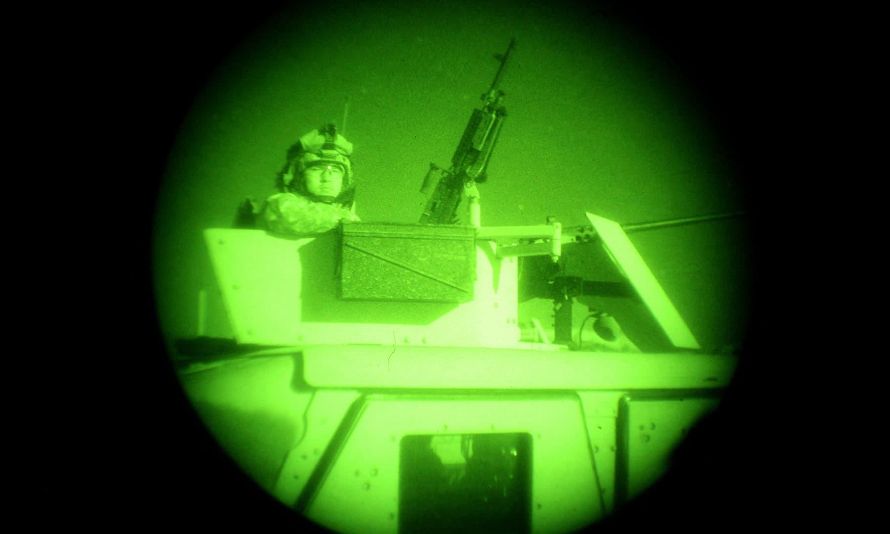 امریکی فوجیوں کی 5 دسمبر 2006 کو لی گئی تصویر میں نائٹ وژن اسکوپ کے ذریعے پکتیا کے علاقے خوست کے قریب ایک کمپاونڈ کی تلاش کا منظر دکھایا گیا ہے—فائل/فوٹو: اے ایف پی