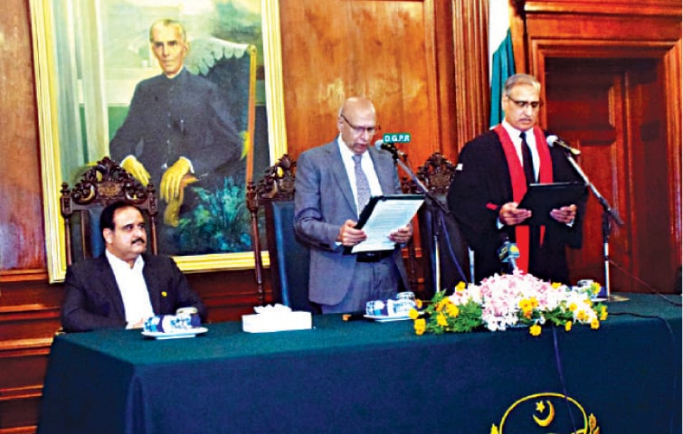 Governor Chaudhry Sarwar administers oath to Lahore High Court Chief Justice Muhammad Ameer Bhatti at the Governor House. — White Star