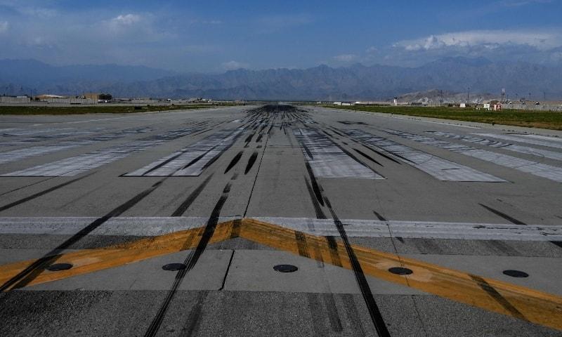 امریکیوں نے بگرام ایئربیس رات کے اندھیرے میں بجلی بند کرکے خالی کیا اور مقامی کمانڈر کو اطلاع تک نہ دی— اے ایف پی