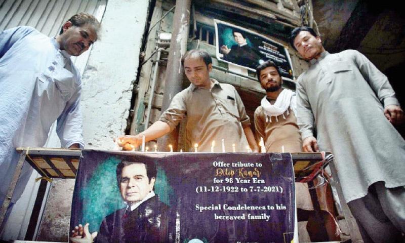 Fans light candles outside the ancestral home of legendary actor Dilip Kumar in Mohallah Khudadad, Peshawar, on Wednesday. — APP