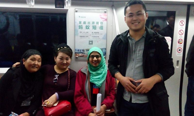 لکھاری چین میں اپنے دوستوں کے ہمراہ