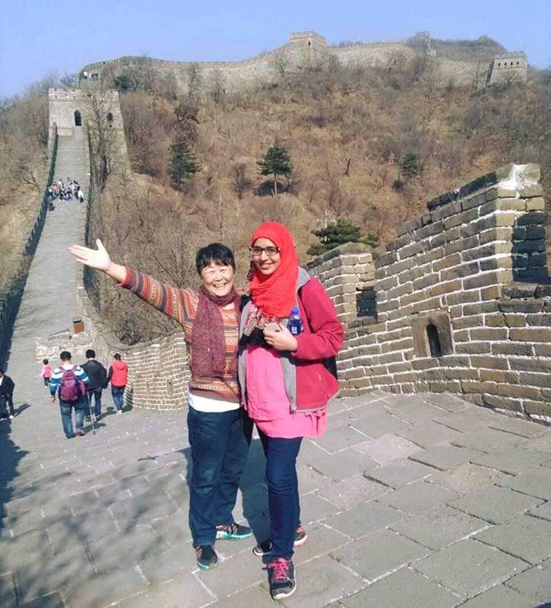لکھاری ایک چینی خاتون کے ہمراہ