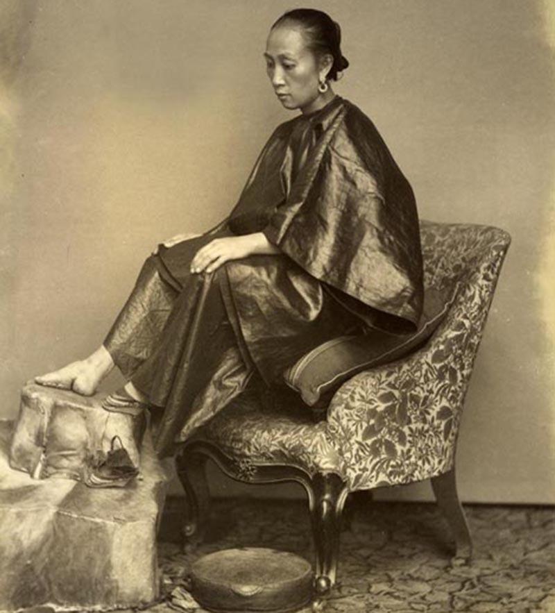 10ویں صدی سے 20ویں صدی کے اوائل تک چین میں خواتین کی فُٹ بائنڈنگ یا پیروں کو باندھنے کا رواج بھی عام تھا