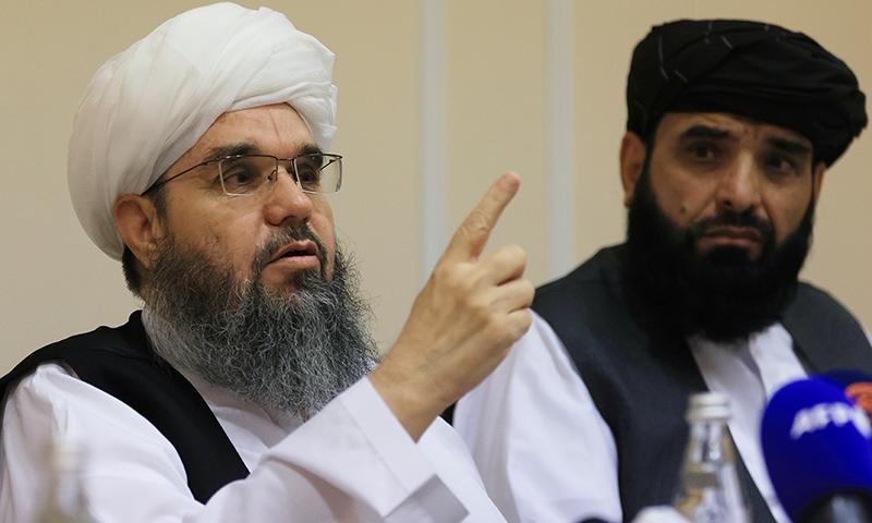 افغان طالبان کے ترجمان سہیل شاہین اور مذاکرات کار مولوی شہاب الدین دلاور ماسکو میں پریس کانفرنس کررہے ہیں— فوٹو: