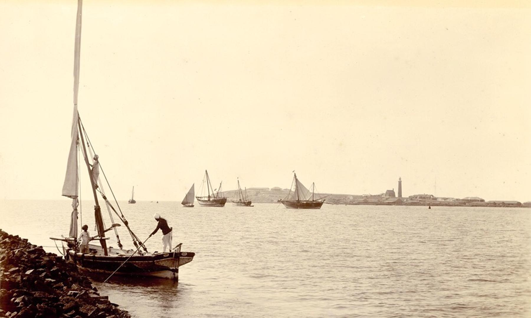 1890ء کی دہائی میں کراچی بندرگاہ، پس منظر میں منوڑہ لائٹ ہاؤس دیکھا جاسکتا ہے
