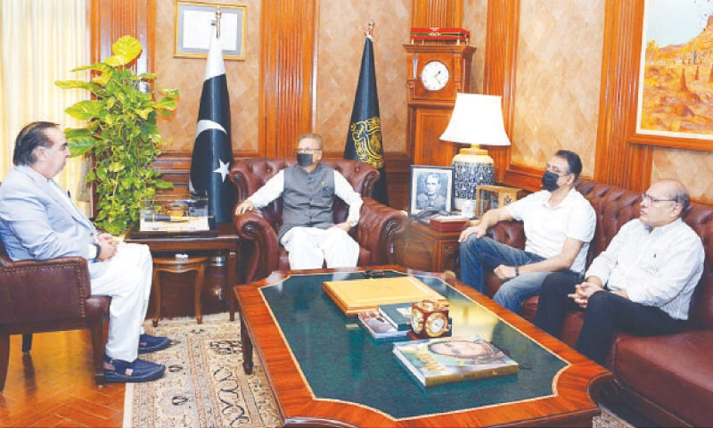 The president meets the Sindh governor and federal planning minister at Governor House on Saturday.—APP