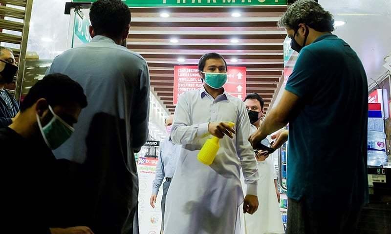 پاکستان میں کورونا وائرس کی صورتحال مسلسل بگڑ رہی ہے—فائل فوٹو: اے ایف پی