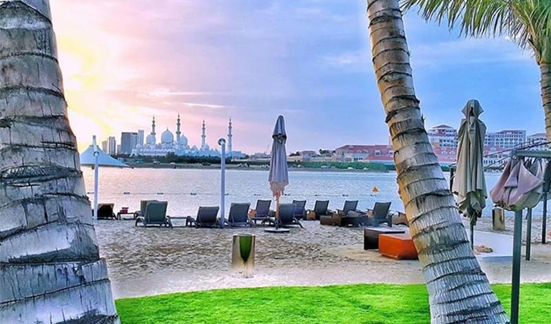 ابوظہبی میں ریزورٹ کے ساحل سے شیخ زید مسجد کی لی گئی تصویر