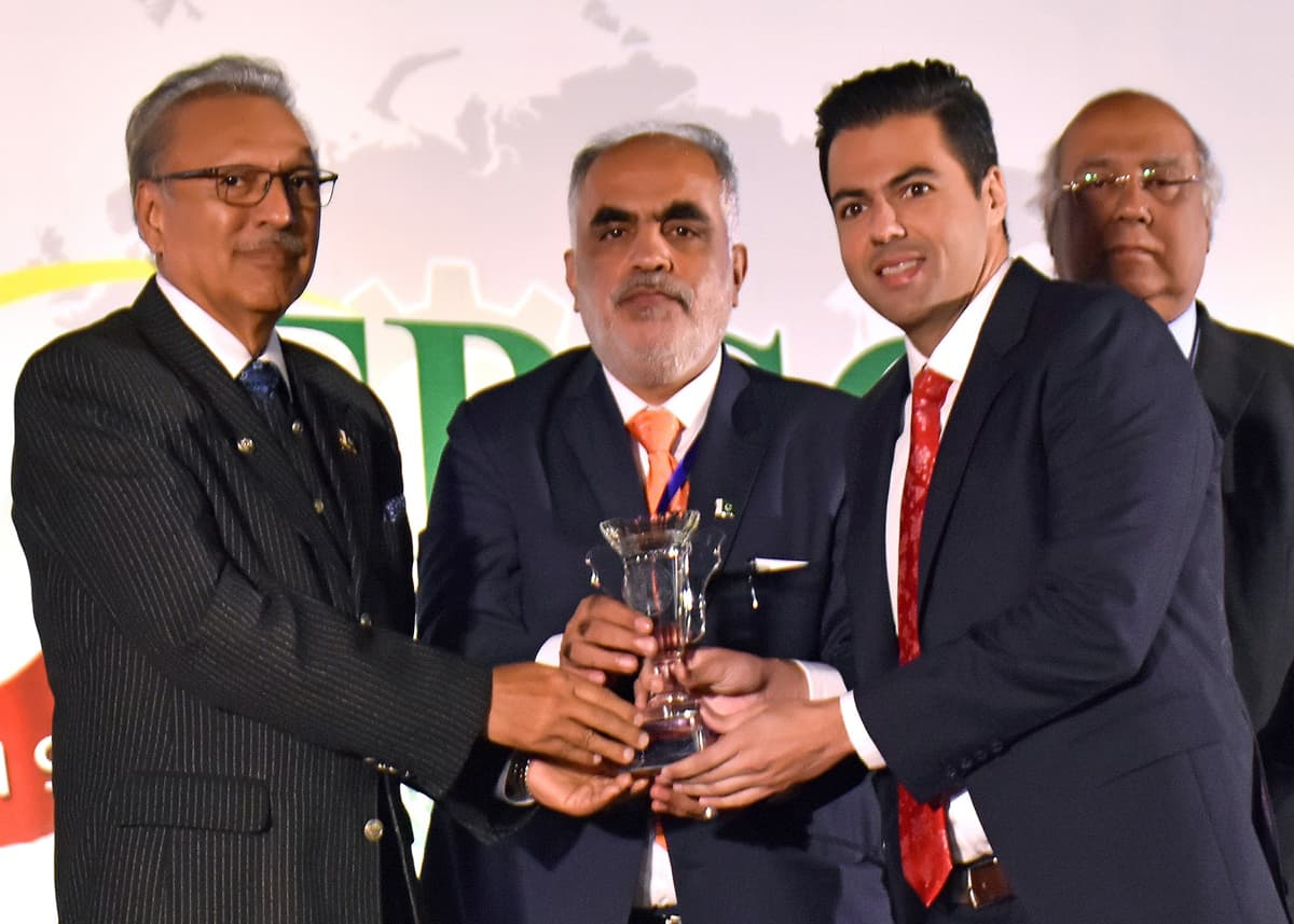 Fahd K. Chinoy (right), CEO, Pakistan Cables, receives the 43rd FPCCI Merit Export Award from President Dr Arif Alvi (left)