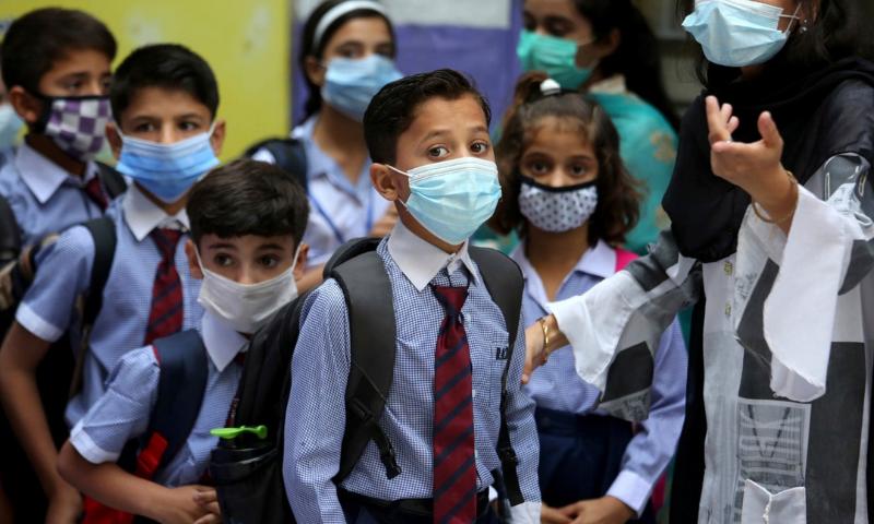 کراچی میں کورونا وائرس کے مثبت کیسز کی شرح 14 فیصد تک بڑھنے کے پیش نظر محکمہ صحت سندھ نے صوبے میں پرائمری اسکول بند کرنے کی سفارش کی ہے— فوٹو: اے ایف پی