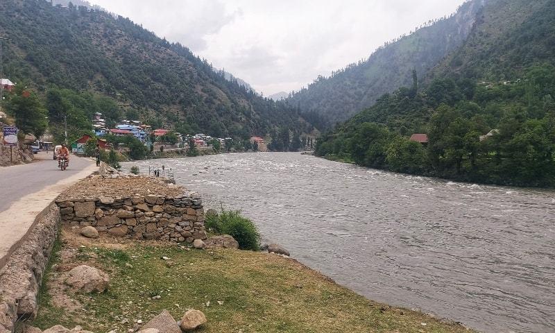 نوٹی فکیشن میں کہا گیا ہے کہ پابندی کا اطلاق پورے آزاد جموں و کشمیر میں ہوگا — فوٹو: ڈان نیوز