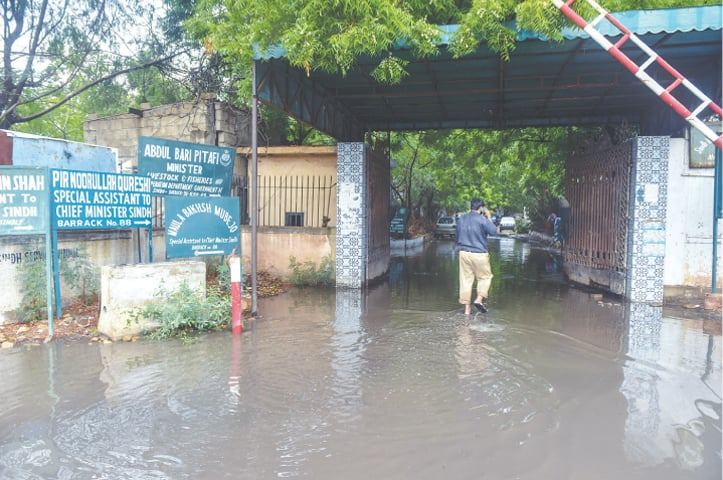 Water accumulates near the offices of several provincial ministers (White Star).