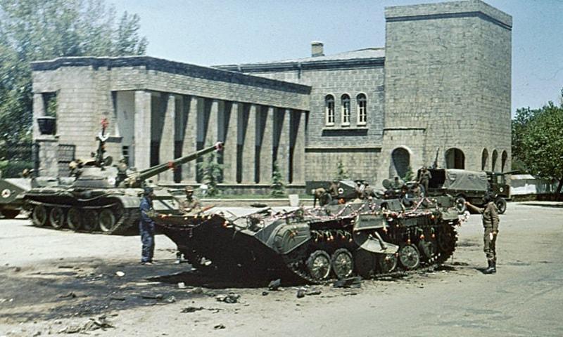 کابل میں انقلاب کے بعد پھولوں سے لدے ہوئے ٹینک—کری ایٹو کامنز