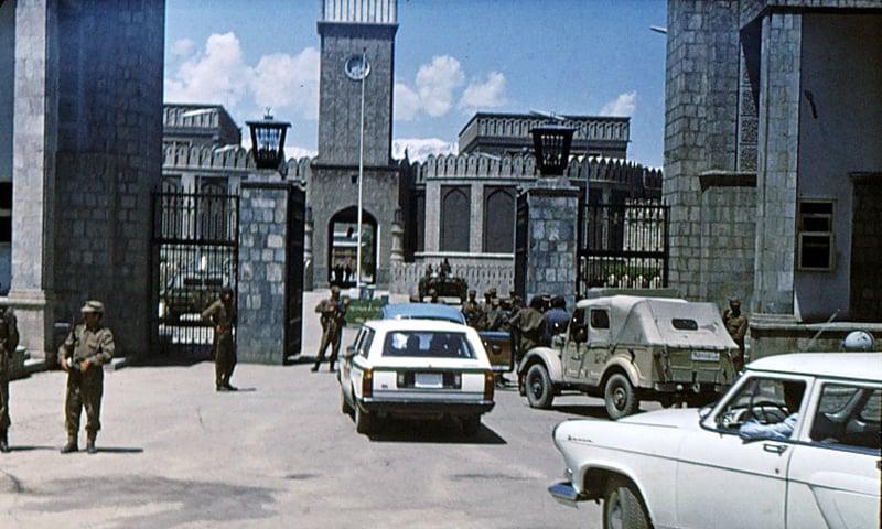 انقلاب کے اگلے دن شاہی محل کا بیرونی منظر—کری ایٹو کامنز