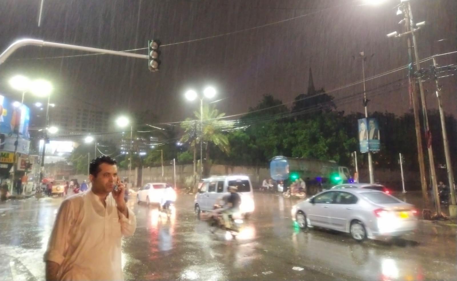 کراچی میں بارش کے باعث ٹریفک کی روانی متاثر ہوئی—فوٹو:امتیاز علی