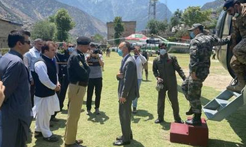 MANSEHRA: Chinese Ambassador to Pakistan Nong Rong talking to a police official during his visit to Dasu on Thursday.—Dawn