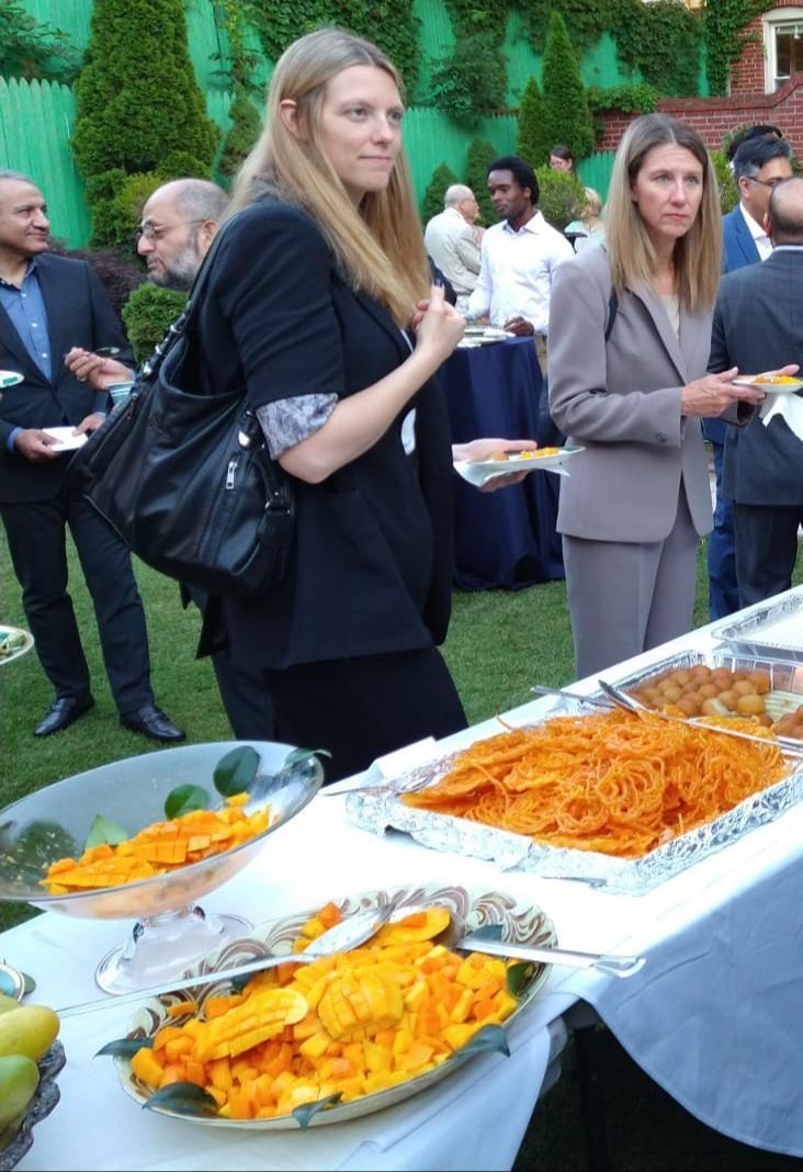 US officials taste Pakistani mangoes at the dinner.