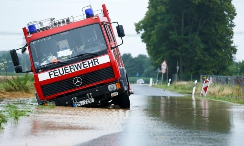 شمالی قصبے کے گرد سڑکوں کو سیلاب کے باعث ناقابل تلافی نقصان ہوا ہے— فوٹو؛ رائٹرز