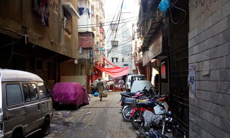 گلی نمبر 3 کی سمت سے گزرنے والی مرکزی گزرگاہ سے 3 منزلہ عمارت کے بائیں سمت 'سقے والی گلی' کی ایک عکاسی