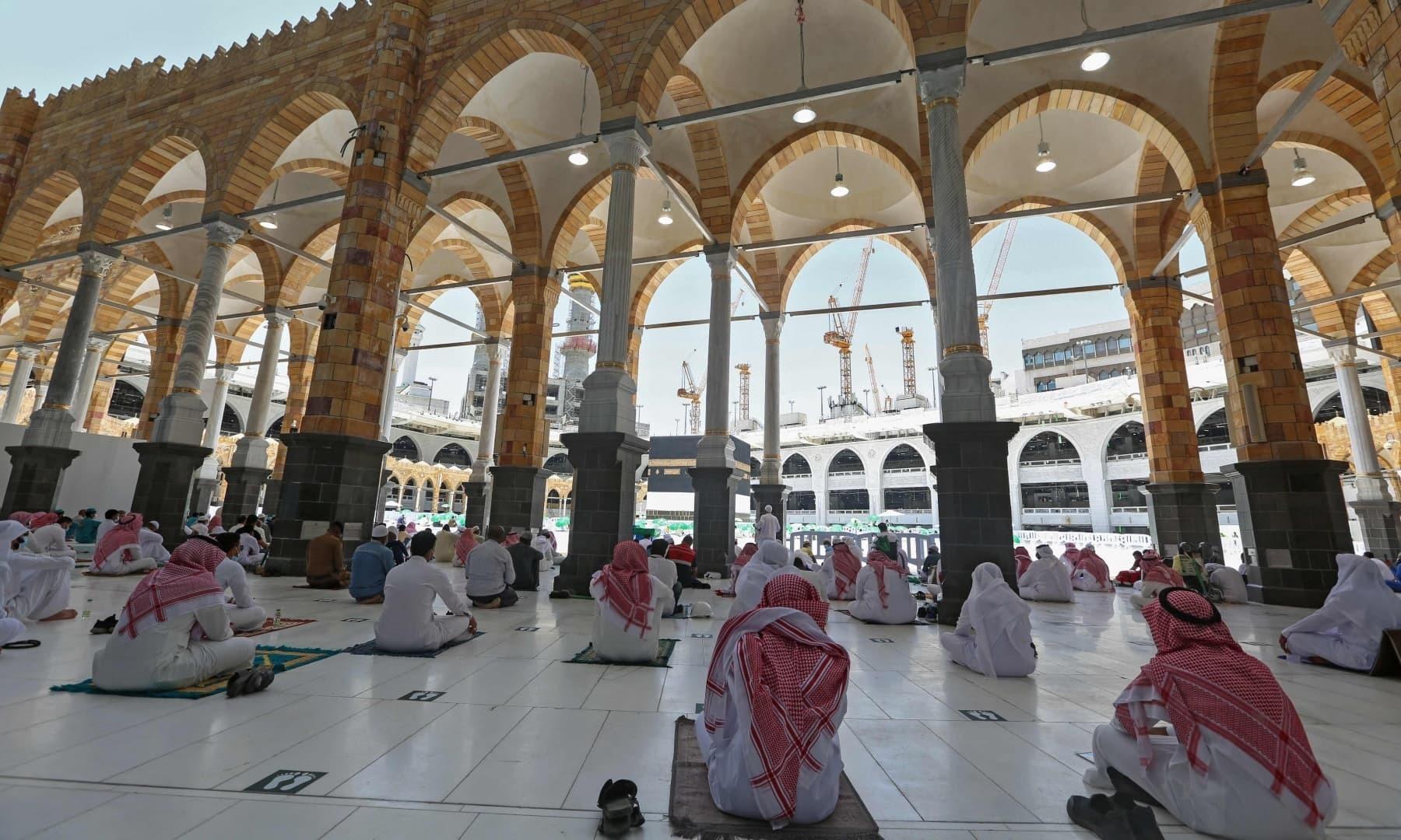 سعودی سیکیورٹی فورسز اور عملے کے افراد جمعے کی نماز ادا کر رہے ہیں - فوٹو:اے ایف پی
