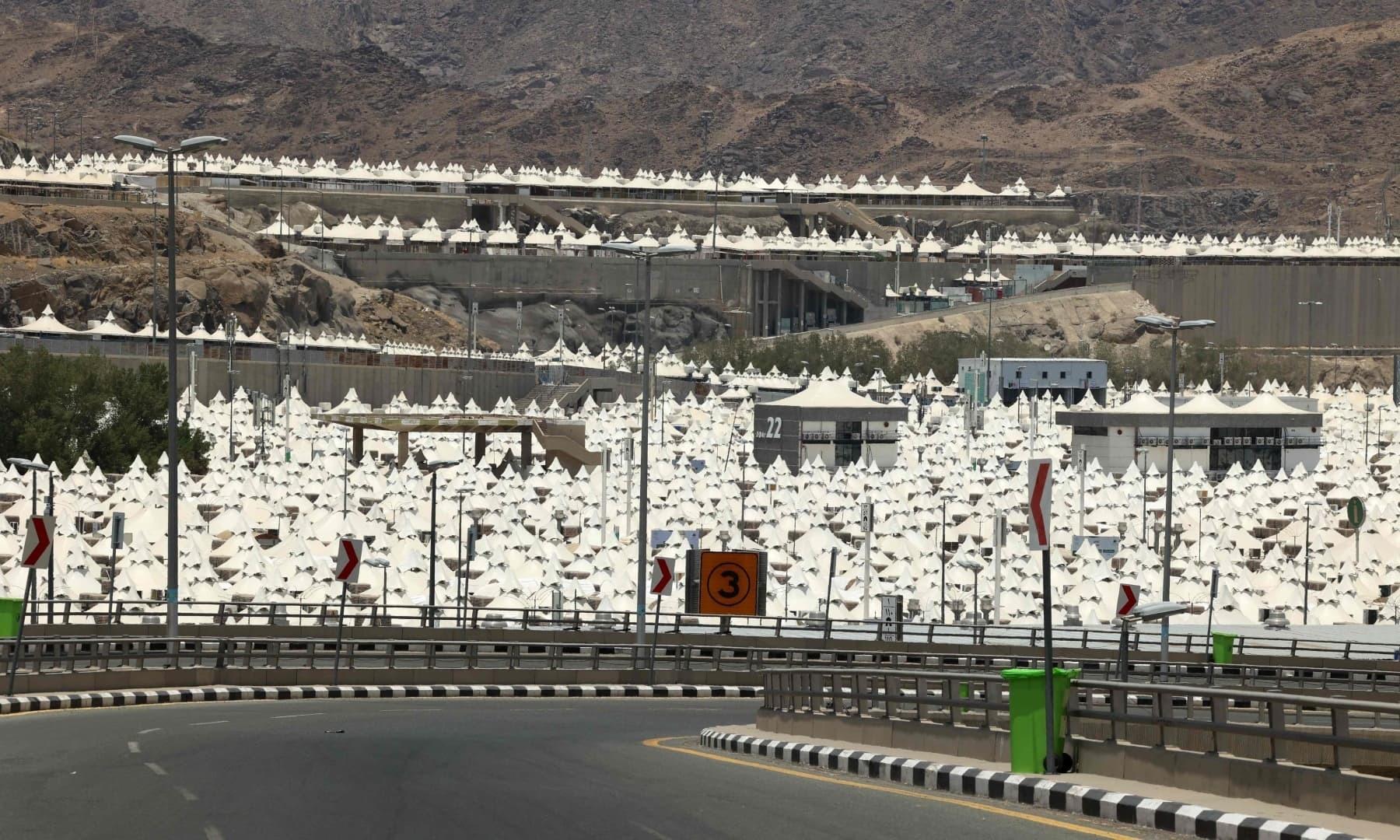 سعودی عرب کے مقدس شہر مکہ مکرمہ کے قریب مینا میں خیمے لگائے گئے ہیں – فوٹو: اے ایف پی