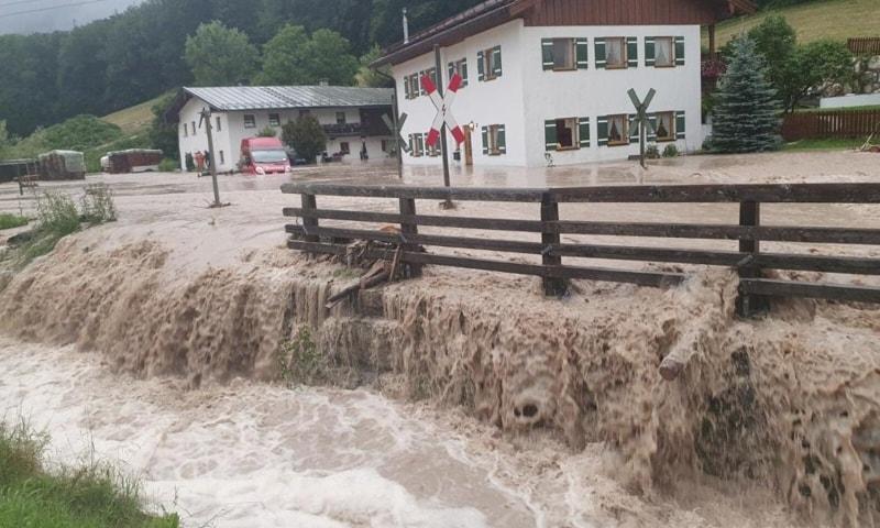 جرمنی مزید سیلاب کے خدشے کے باعث متعدد گاؤں اور قصبے خالی کرالیے گئے ہیں— فوٹو: اے پی