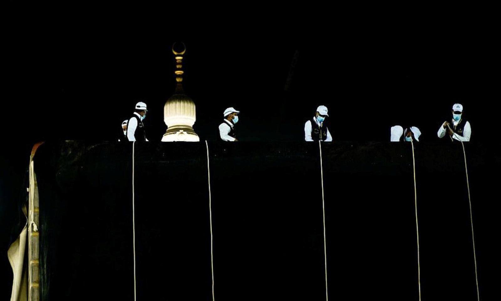 غلاف کعبہ کی تیاری میں120 کلو گرام سونے اور100 کلوگرام چاندی کے تار استعمال ہوتے ہیں—فوٹو: رائٹرز
