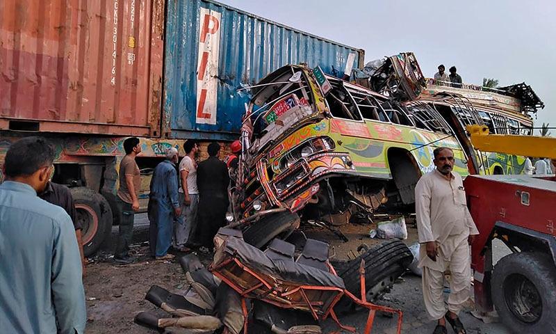 ڈیرہ غازی خان: بس اور ٹرالر میں تصادم، 33 افراد جاں بحق