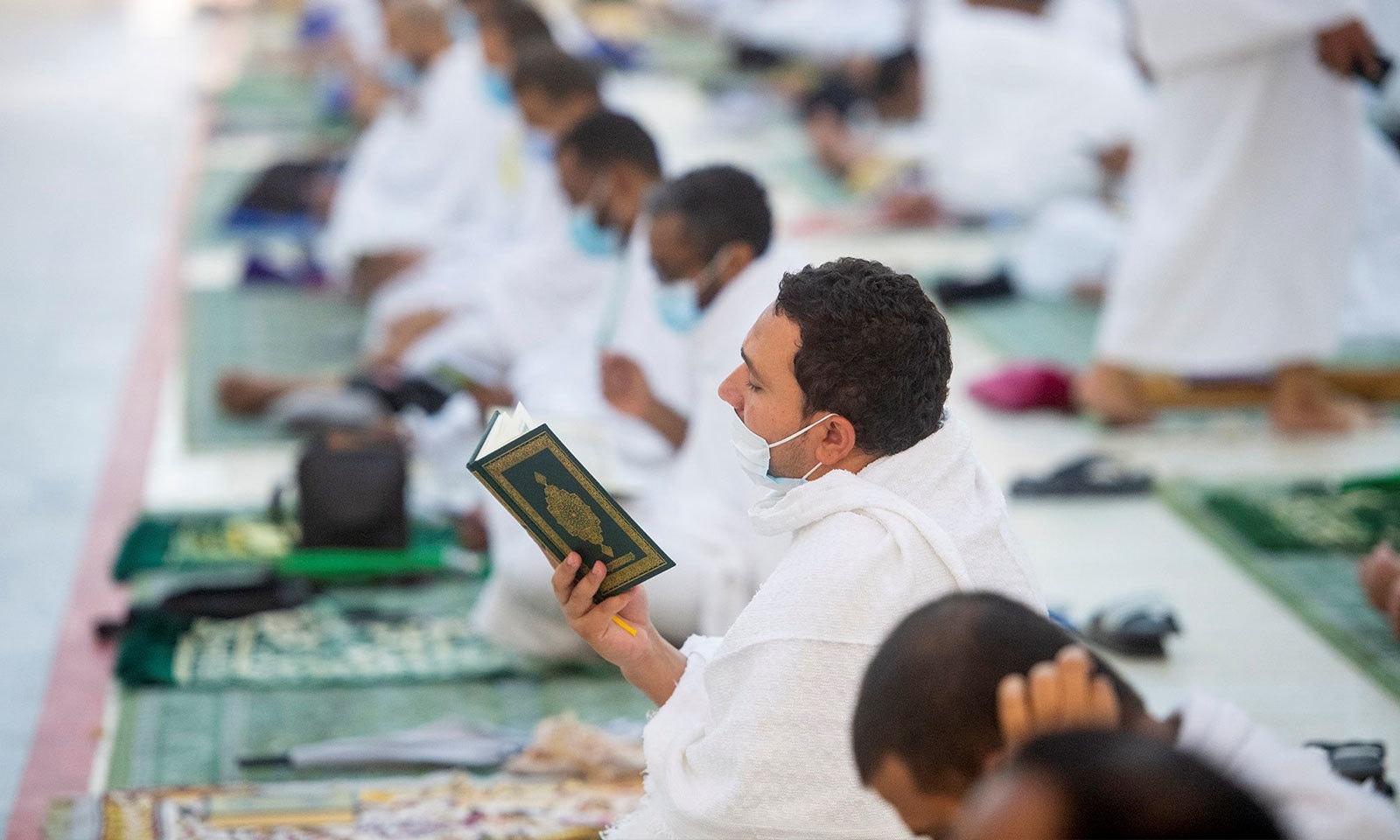 میدان عرفات پہنچنے کے بعد عازمین مسجد نمرہ میں عبادت میں مصروف ہیں—فوٹو: رائٹرز