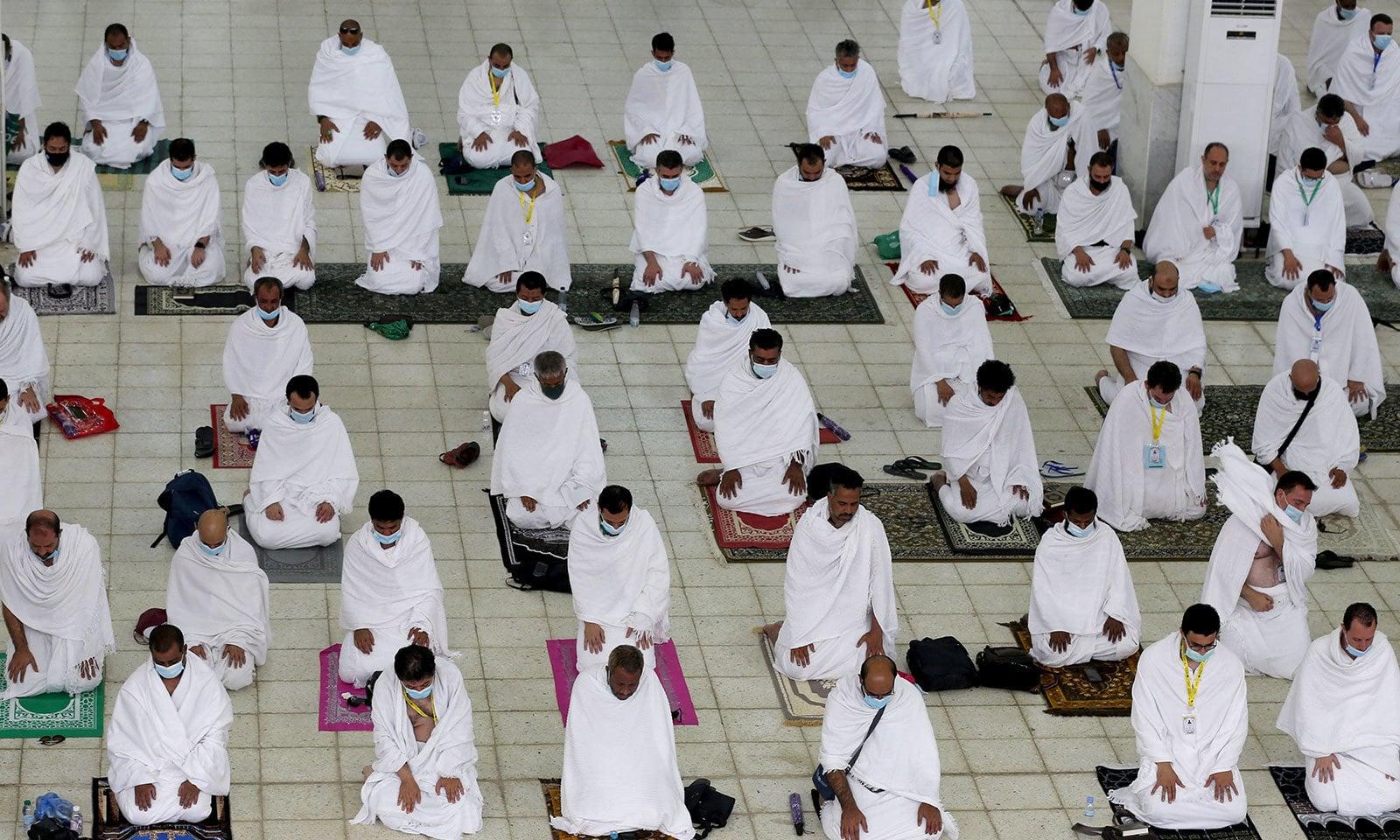 خطبہ حج کے بعد مسجد نمرہ میں نماز ادا کی گئی —فوٹو: رائٹرز
