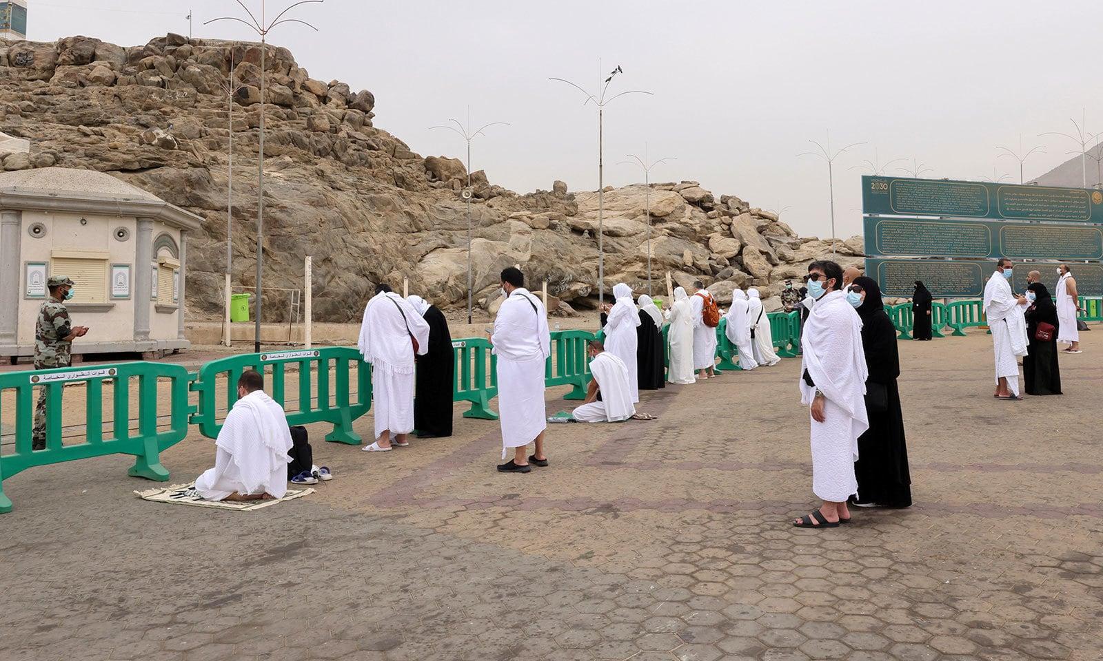 9 ذی الحج کی صبح کو عازمین حج نے میدان عرفات کا رخ کیا —فوٹو: رائٹرز