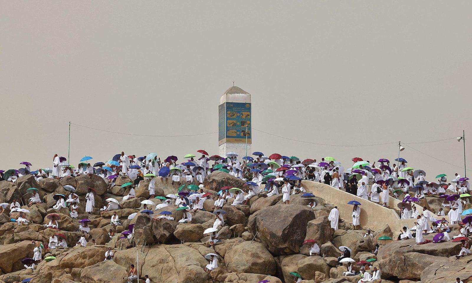 عازمینِ حج جبلِ رحمت پر جمع ہورہے ہیں—فوٹو: اے ایف پی