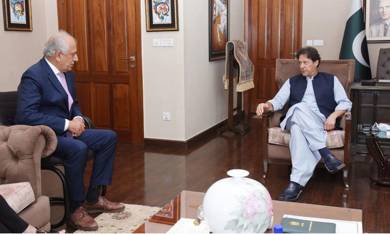 وزیراعظم عمران خان سے امریکی نمائندے زلمے خلیل زاد نے ملاقات کی—فوٹو: پی آئی ڈی