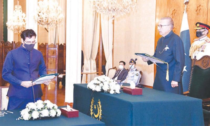 President Dr Arif Alvi administers the oath to Moonis Elahi on Monday.—White Star