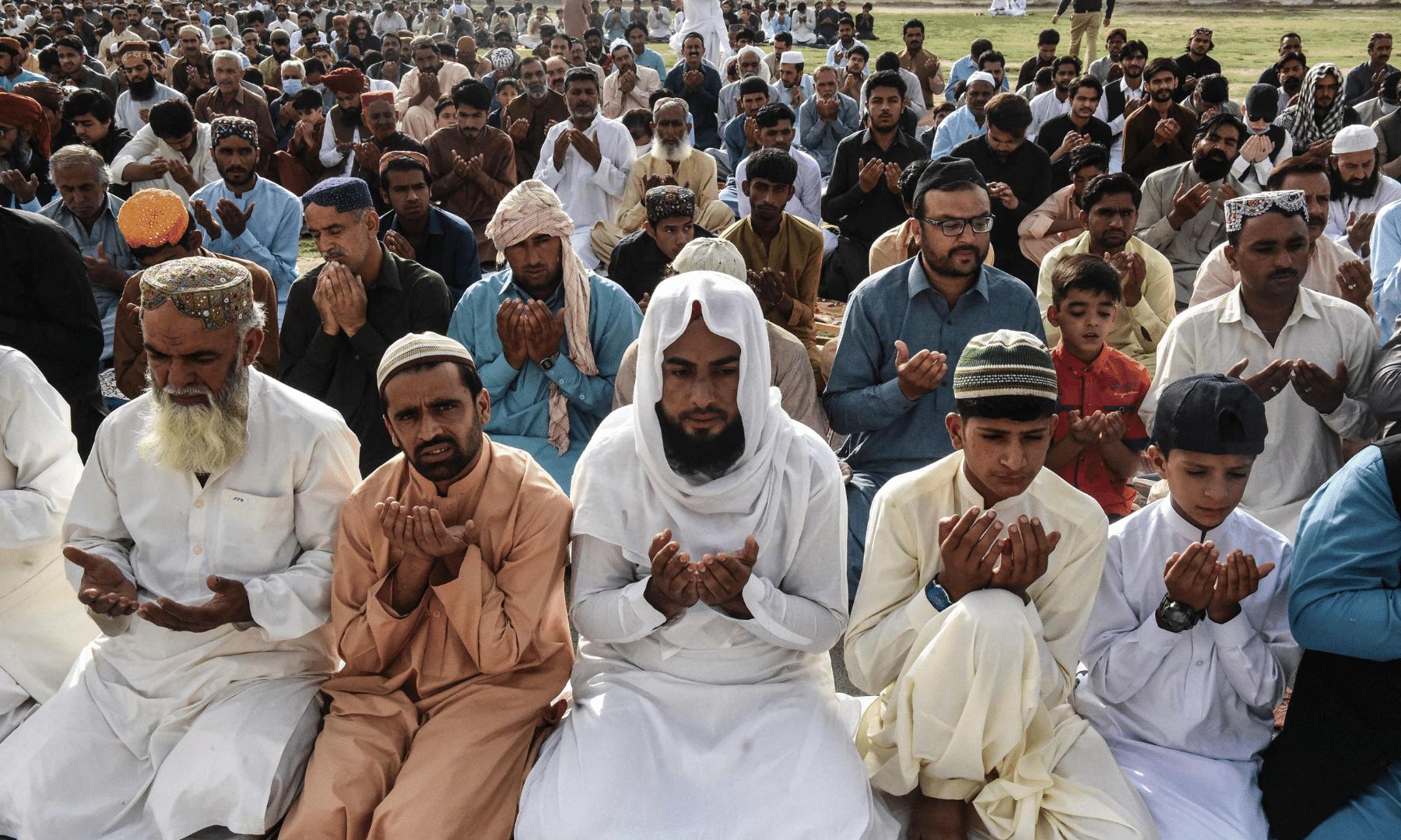 بلوچستان کے دارالحکومت کوئٹہ کی مرکزی عید گاہ میں نماز عید کی ادائیگی کے بعد لوگ دعا مانگ رہے ہیں— اے ایف پی