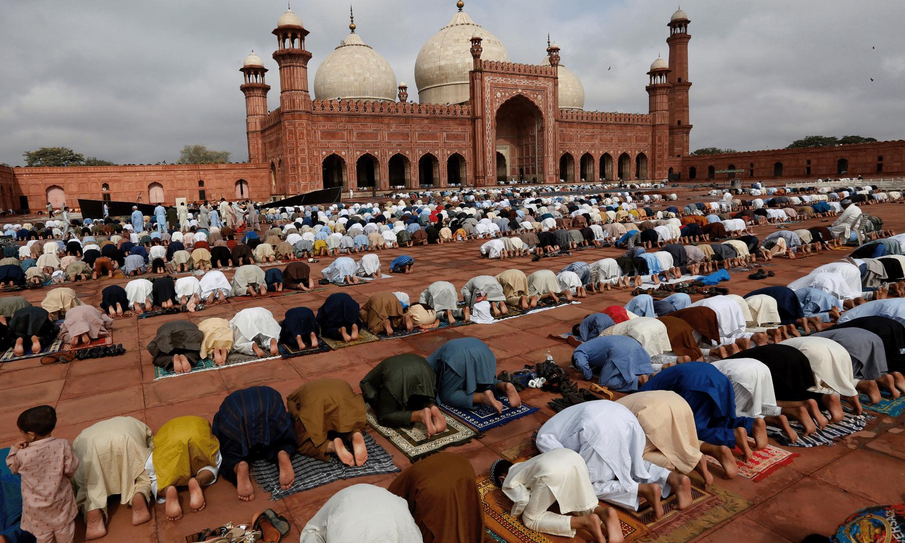 لاہور کی بادشاہی مسجد میں نماز عید ادا کی جا رہی ہے— فوٹو: اے پی
