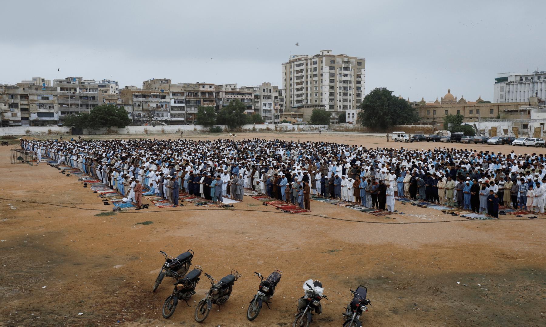 کراچی کے ایک میدان میں نماز عید کے اجتماع کا روح پرور منظر— فوٹو: رائٹرز