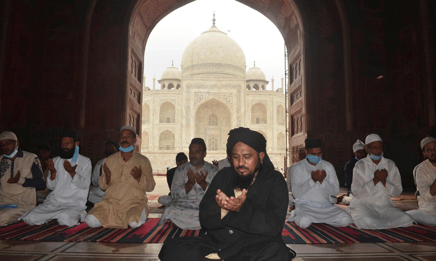بھارت کے شہر آگرہ میں تاج محل کے سامنے واقع جامع مسجد میں نماز عید کی ادائیگی کے بعد دعا مانگی جا رہی ہے— فوٹو: اے پی