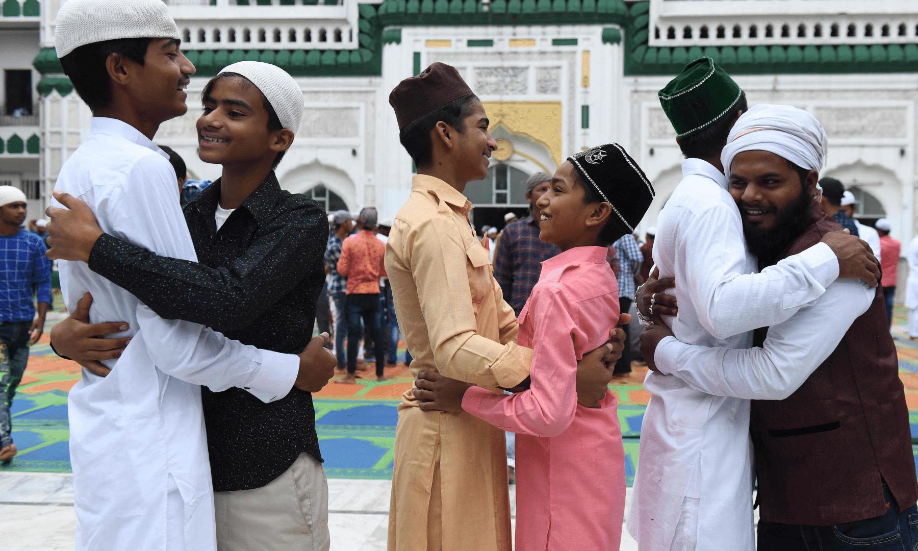 امرتسر کی جامع مسجد خیرالدین عیدالاضحیٰ کے اجتماع کے بعد بچے اور بڑے ایک دوسرے کو عید کی مبارکباد دے رہے ہیں— فوٹو: اے ایف پی