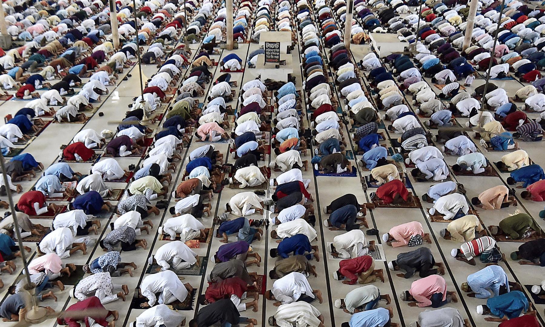 ڈھاکا میں نماز عید کی ادائیگی کے دوران فرزندان اسلام بارگاہی الٰہی میں سربسجود ہیں— فوٹو: اے ایف پی