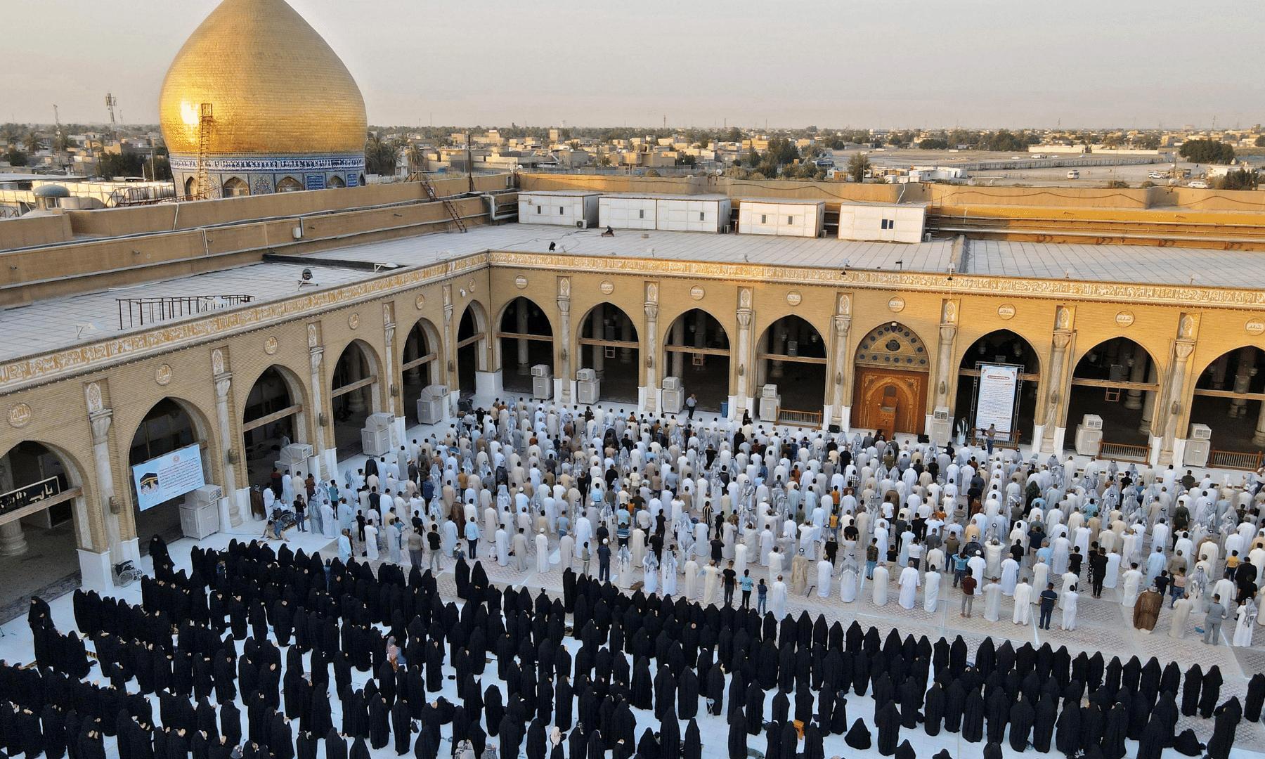 عراق کے شہر کوفہ میں جامع مسجد میں نماز عید کے اجتماع کا منظر— اے ایف پی