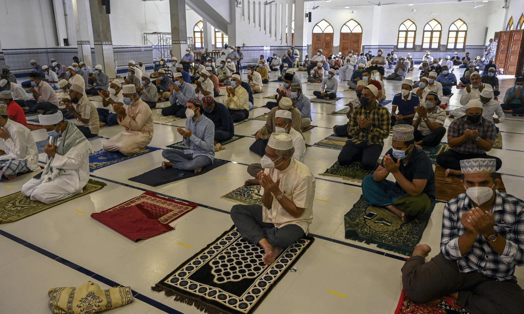 سری لنکا کے شہر کولمبو میں نماز عید کے اجتماع کے دوران کورونا کے ایس او پیز کا خاص خیال رکھا گیا— فوٹو: اے ایف پی