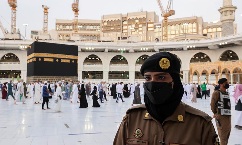 سمجد الحرام میں ایک خاتون سیکیورٹی پر مامور ہیں— فوٹو: رائٹرز