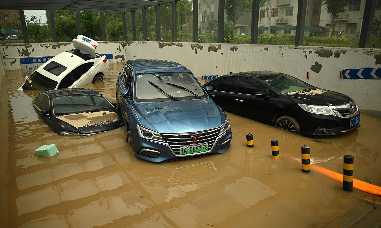 شدید بارش کے باعث تمام آبی گزرگاہیں اوور فلو ہوگئیں اور سڑکیں پانی میں ڈوب گئیں—تصویر: اے ایف پی