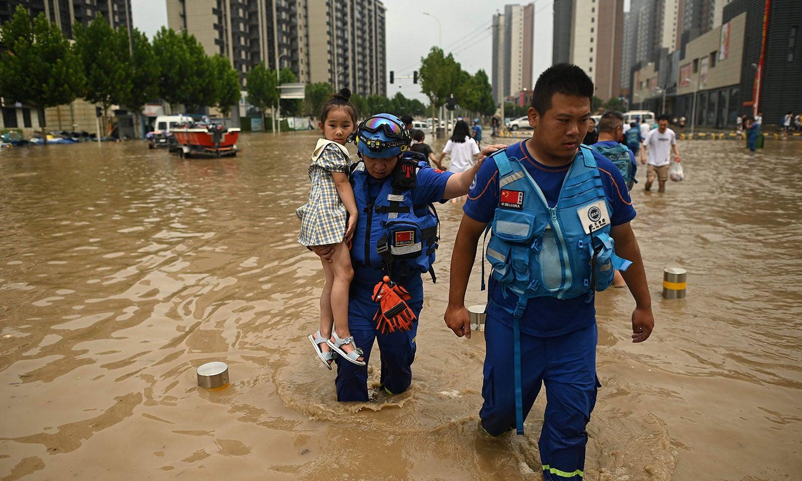 سیلاب کے باعث ہزاروں افراد نقل مکانہ پر مجبور ہوگئے—تصویر: اے ایف پی