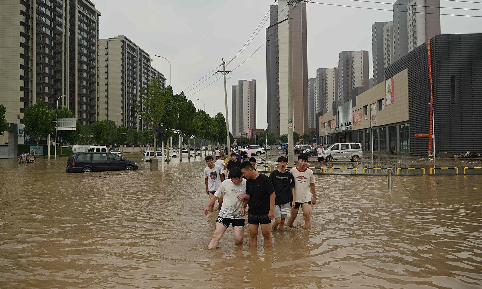 ایک مصروف تجارتی علاقہ پانی میں ڈوبا ہوا—تصویر: اے ایف پی